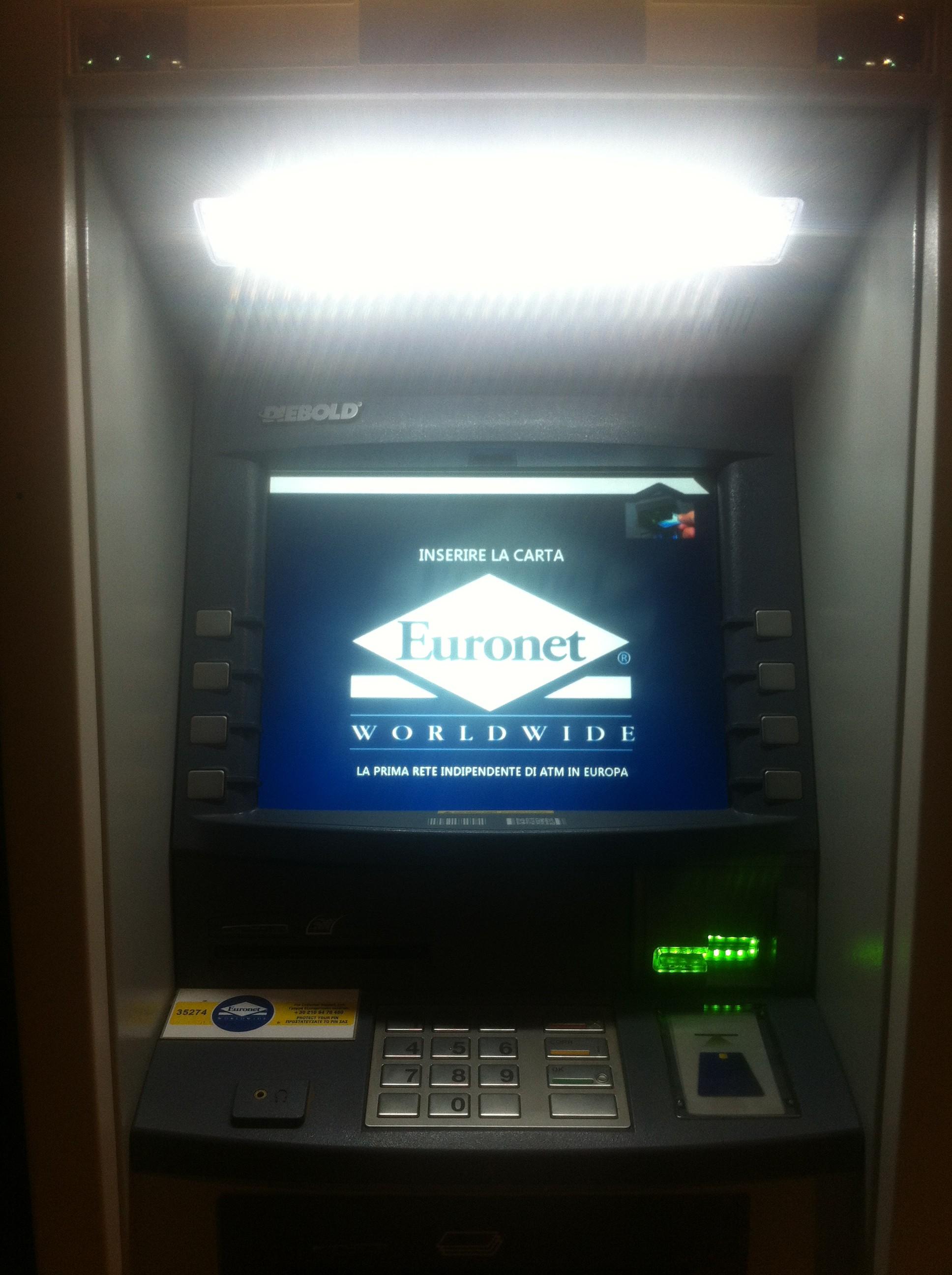 I en italiensk bankomat spökar den globala finansmarknadens fantasier, ett världsomspännande Euronet. Var vänlig att stoppa in ditt kreditkort och hoppas på det bästa.